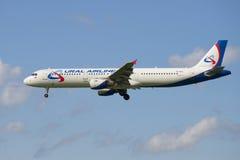 De Luchtvaartlijnen van de luchtvaartlijnural van de vliegtuigluchtbus A321-211 (vq-BOZ) tijdens de vlucht Stock Fotografie