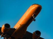 De Luchtvaartlijnen van Embraer ERJ 190-100 Saratov bij zonsondergang Royalty-vrije Stock Afbeeldingen