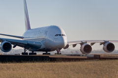 De Luchtvaartlijnen van emiraten A380 op de baan Royalty-vrije Stock Foto's