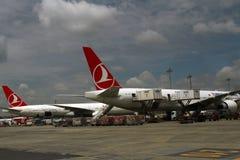 De Luchtvaartlijnen van ISTANBOEL, TURKIJE - Turkisk-- Ataturk-Luchthaven Stock Afbeeldingen
