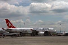 De Luchtvaartlijnen van ISTANBOEL, TURKIJE - Turkisk-- Ataturk-Luchthaven Royalty-vrije Stock Afbeelding
