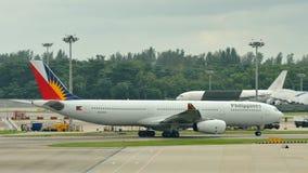 De Luchtvaartlijnenluchtbus 330 die van Filippijnen bij Changi Luchthaven taxi?en Stock Foto's