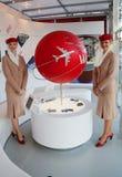 De Luchtvaartlijnenstewarden van emiraten bij de de Luchtvaartlijnencabine van Emiraten in Billie Jean King National Tennis Cente Stock Foto's