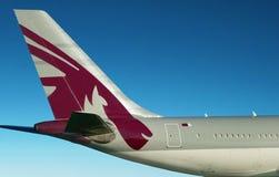 De luchtvaartlijnenvlakte van Qatar Blauwe hemel Stock Afbeeldingen