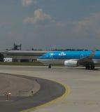 De Luchtvaartlijnenvliegtuigen van KLM Royal Dutch in Praag Stock Fotografie