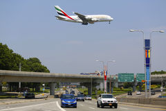 De Luchtvaartlijnluchtbus van emiraten A380 op benadering van de Internationale Luchthaven van JFK in New York Stock Afbeeldingen