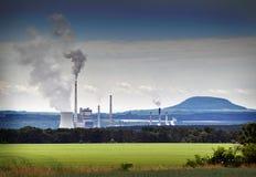 De luchtvervuilingsmilieu van de fabriek stock afbeeldingen