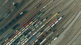 De luchtvideo toont groot treindepot met vele treinen