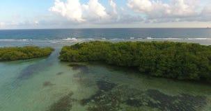 De luchtvideo van de het oogmening van de hommelvogel ` s op overzeese golven en rotsen, turkoois water De tropische eilanden van stock video