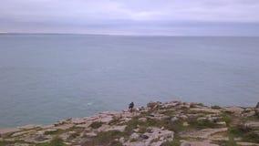 De luchtvideo van de hommelmening in motie van horizon in nea van de Atlantische Oceaan het Fort van Peniche, Portugal Steenstran stock video