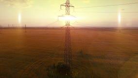 De LUCHTvlieg Met hoog voltage van de de avond lichte camera van de torenzomer warme omhoog dichtbij de contour van de metaalstru stock footage