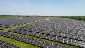 De luchtvlucht bij Zonsondergang over Zonnepanelen bewerkt de Groene Ecologie van het Energiebehoud stock footage
