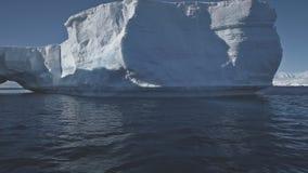 De luchtvlucht van Antarctica over de oceaan aan ijsberg stock videobeelden