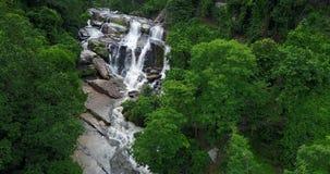 De luchtwaterval van meningsmae klang in tropisch regenwoud bij Chiang-MAI, Thailand stock footage