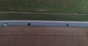 De luchtweg van de de Hommelinhoud van de Vogelmening met Licht Verkeer op Buitenstad en Akkerland stock footage