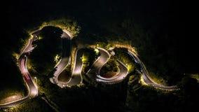 De luchtwegen van de timelapsehelling door bos met draaien bij avond Jiufen stock videobeelden