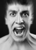 De luide schreeuw van doen schrikken maakt de mens bang stock fotografie
