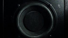 De luide spreker werpt stof in de lucht Super Langzame motie Equaliserconcept stock videobeelden