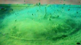 De luidspreker werpt kleurrijk poeder in de lucht, super langzaam motieschot stock footage