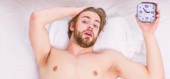 De luie mensen gelukkige ontwaken in het bed die dienen de ochtend met vers ontspannen gevoel in toenemen Mens die rugpijn in voe stock foto's