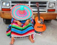 De luie slaap van de dutje Mexicaanse kerel op grungeauto Royalty-vrije Stock Afbeelding