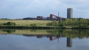 DE LUIE, TSJECHISCHE REPUBLIEK VAN ORLOVA, 12 AUGUSTUS, 2015: Zwarte kolenmijn, teruggewonnen oppervlaktemijnbouw met vijver stock afbeeldingen