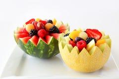 De luim sneed meloen en watermeloen met geassorteerd fruit binnen op een witte achtergrond royalty-vrije stock fotografie