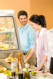 De lunch bij de collega's van het kantinebureau neemt salade stock foto