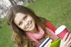De lunch is een student in het park Stock Foto's