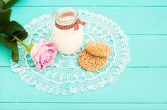 De lunch en roze nam op blauw houten servet toe als achtergrond en kant Hoogste mening en exemplaarruimte Selectieve nadruk Royalty-vrije Stock Afbeeldingen