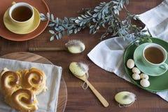 De lunch of het ontbijt van Pasen op houten lijst stock afbeelding