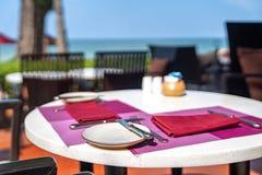 De lunch vastgestelde openlucht van het hotelrestaurant naast het strand, Thaiiland royalty-vrije stock afbeeldingen