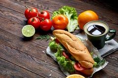 De lunchsandwich met kaas en de groenten dienden met citrusvrucht en koffie, selectieve nadruk, close-up, hoogste mening Royalty-vrije Stock Afbeelding