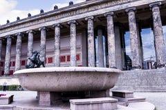 De Lustgarten-Kom buiten het Alte-Museum in Berlin Germany Stock Foto's