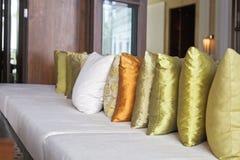 De luxe besproken kussens van de plaatsingsverspreiding Stock Afbeeldingen