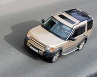 De luxe isoleerde SUV autosnelheid op weg wordt geïsoleerde die voor royalty-vrije stock fotografie