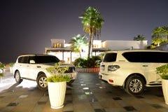 De luxe off-road auto's zijn dichtbij luxueus hotel Stock Fotografie