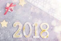De luxe schittert nummer 2018 op een rij met toetsenbord en stelt onder sneeuw op grijze concrete achtergrond voor Stock Afbeeldingen