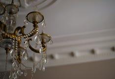 de luxe van het kroonluchterkristal binnen schittert plafond het vormen Royalty-vrije Stock Fotografie