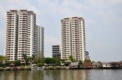 De luxe wordt condominiom gebouwd langs de Chao Phraya-rivier in Bangk Royalty-vrije Stock Fotografie