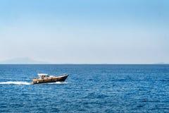 De luxeboot, yaht drijvend op het water, het blauwe overzees en de hemel met copyspace, vervoer ontspant en haalt concept over stock foto's