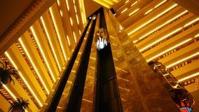 De luxebouw met moderne lift stock video
