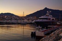De luxejachten en de motorboten legden in de jachthaven van Puerto Banus in Marbella, Spanje vast Stock Afbeeldingen