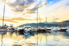 De luxejachten en de varende die boten in jachthaven worden gedokt riepen Porto Montenegro, Tivat Stock Afbeeldingen