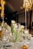 De luxeschotels zijn een aardige dienende lijst in het restaurant Verjaardagsviering royalty-vrije stock afbeeldingen