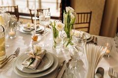 De luxeschotels zijn een aardige dienende lijst in het restaurant Verjaardagsviering stock foto