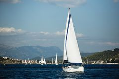 De luxevakantie, Varende boten neemt aan de regatta van het zeiljacht deel royalty-vrije stock foto