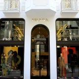 De luxewinkel van Prada Stock Afbeeldingen
