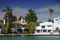 De luxueuze Huizen van de Waterkant royalty-vrije stock foto