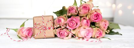 De mães do dia vida ainda com um presente e umas rosas cor-de-rosa Fotografia de Stock